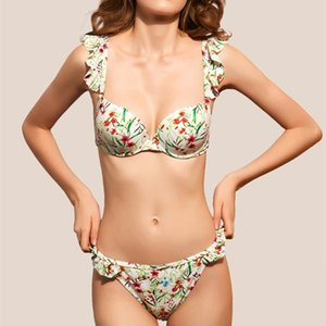 The new swimsuit is feminine, fresh floral bikini, small breasts gathered in bikini, split swimsuit with wood ears