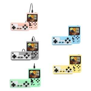 Il video portatile Retro Game Console 3.0 pollici tenuto in mano del giocatore del gioco Built-in 500 Classic Games Pocket Mini Gamepad per il regalo bambini