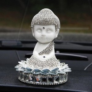 Car Ornament diamante di cristallo di ceramica statua del Buddha Miniature Vetture Interior Decoration Cruscotto Buddha ornamenti regali di 6NtL #