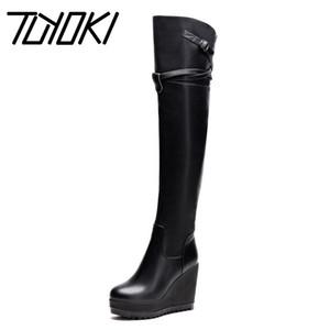 Tuyoki Kadınlar Platform Wedges Dizden sonra Cizme Gerçek Deri Toka Fermuar Kış Kadın Moda Punk Boots Boyutu 34-39 Ayakkabılar