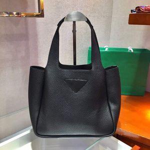 yeni kepçe torba farklı giysi ile eşleştirilebilir içe koyun derisi içine, yumuşak, ve hassas calfskin yapılmıştır.