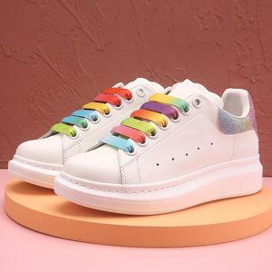 2021 hombres negros de terciopelo mujeres hermosas zapatos de plataforma triple láser blanco, azul, amarillo reflectante de color del arco iris de múltiples zapatillas de deporte de moda casual
