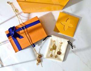 Insiemi dei monili Europa America di stile della signora Women incisi V Iniziali set Mini orecchini del braccialetto Boite Chapeau Charm Necklace