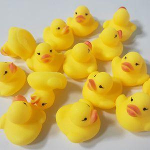 Bebê Toy Bath Som Rattle Crianças infantil Mini Rubber Duck presentes Piscina Bathe raça Squeaky Duck Piscina Fun Brincar Brinquedo