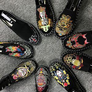 Moda Classic Canvas scarpe casual scarpe da tennis Estate Luce Mocassino ricamato stile cinese Uomini Slip On fannulloni piani