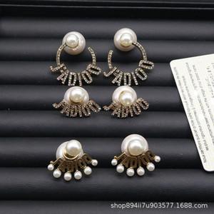 D Início de 2020 novos brincos de pérola montado na parte traseira das mulheres internet celebridade cheia de diamantes carta brincos s925 prata da agulha