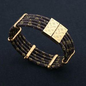 Europa Amerika Fashion Lady Frauen-Runde Druck-Blumen-Fünf-Plattform-Entwurf gravierte V Brief vier Blatt-Blumen-Leder-Armband-Armband
