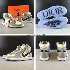 Nike air jordan retro 1 By Kim Jones OBlique ChristianDior The upper is creamy white and light gray Transparent crystal outsole Díor x Air Jòrdàn 1 High OG KÀWS shoes