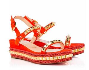 Mükemmel Kalite Bayanlar Kırmızı Alt Levanten Kama Sandal Graffiti Bilek Kayışı Yüksek Kalite Cataclou 60mm Süet Sandal takozları Capucine Altın
