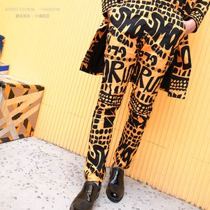 Moda Uomo Giallo Lettera floreale pantaloni della stampa del vestito di Hip Hop Nightclub fase Cantante Maschio DJ Pantaloni Cantante Stage di usura LJ200907