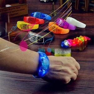 Giocattoli a LED Braccialetto luminoso Partito 7 Colore Controllo del suono Lampeggiante Light Up Bangle Braccialetti Musica Attivato Night Club Activity Part