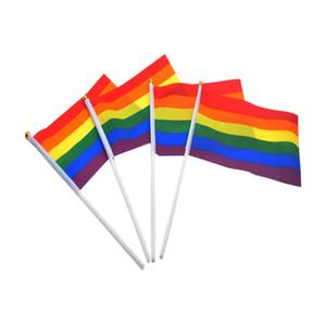Bandera arco iris del palillo del orgullo gay con asta de bandera 14 * 21 cm de la mano que agita la bandera de la bandera asidero Usando tapa del oro del arco iris del orgullo gay de la bandera DHE1371