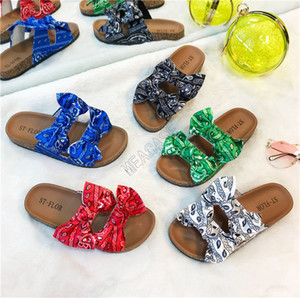 مصممي الأحذية التعادل صبغ شكل BOWKNOT الانحناء المرأة بنات صنادل بلات الشرائح Luxurys sandale النعال حمام الشاطئ الأحذية منزل عرضي D9706