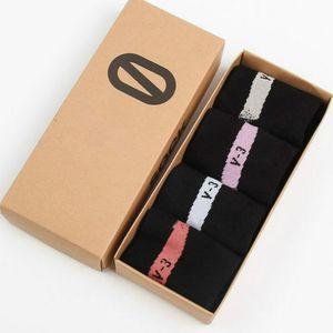 Herren-Socken 2020 neue Ankunfts-leters Printed Casual Socken Mens Breathable bequeme Socken Sport Style 1 Los = 4 Stück Großhandel für Unisex