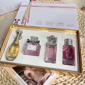2020 Рождественские духи для женщин Подарочная Мисс 4 шт. * 30 мл Установленные парфум Спрей для женщин Духи и макияж с коробкой