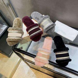 LUXURYS DISEÑADORES MUJER LADAS Lanas Diapositivas de lana de piel de invierno Mullido Furry Letters Sandalias Zapatillas Cálidas Cómodas Fuzzy Girl Flip Flop Slippers
