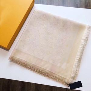 Le foulard de haute qualité est doré filet tricoté foulard dames triangle châle taille 140 * 140com matériau en soie doré
