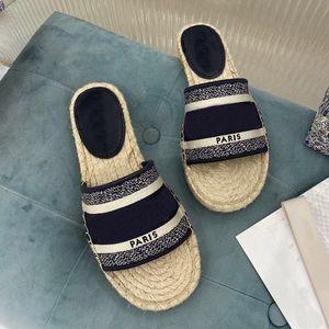 2021 Desiner Show Style Paris Mujeres Zapatillas de paja Hermosas desgastes zapatos Summer Beach Diapositivas Slippers Ladies Flip Flobs con caja