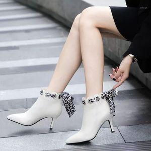 Un Yona 2021 hiver Nouveau Noeud papillon Mode pointu one-orner femmes bottes courtes talons hauts talons hauts halte-zipper bottes courtes1