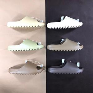 Yüksek Kaliteli Kanye Sandalet Ayakkabı Köpük Üçlü Siyah Beyaz Kırmızı Slayt Kemik Reçine Çöl Kum Earth Kahverengi Erkek Bayan Terlik Sneakers 544DA