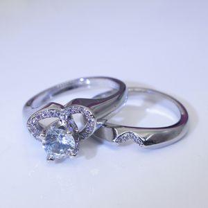 Un paio di nuovo anello di fidanzamento della coppia di simulazione di simulazione creativa a forma di cuore femminile