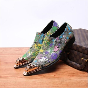 New Fashion Men Golden Toe Flowers Business Dress Shoes Pointed Toe Carved Bullock Loafers Luxury Men Casual Party Wedding Shoes