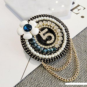 New Arrival Round Flower NO5 Luxury Brooch Pearl Rhinestone Designer Brooch Suit Lapel Pin with Chain Famous Jewelry