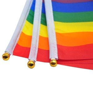 Bandera arco iris del palillo del orgullo gay con asta de bandera 14 * 21 cm de la mano que agita la bandera de la bandera asidero Usando tapa del oro del arco iris del orgullo gay de la bandera KKF2076