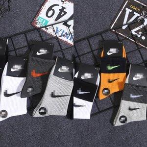 Deportes de Sockings Carta calcetín impresión de lujo del tubo EAr2 El zapato Medias Amarillo Negro Hombres de Apertura hombres de la moda Vetements En Nueva wo
