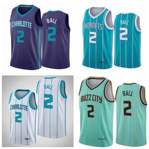 láminaCharlotteHornets Lamelo Ball Baloncesto Jugadores de baloncesto en la jersey de baloncesto de la corte; El hombre swing cose un jersey de baloncesto