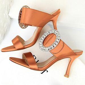 2020 Mujeres de verano 8.5cm Tacones de altura Rhinestone Satén Diapositivas Sandalias Fetish Slip On Crystal Shoes Lady Sexy Scarpins Seda Pumps1