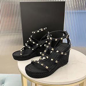 웨지 섹시한 리벳과 디자이너 여자 Rockstud 샌들 송아지 가죽 샌들 레이스 업 하이힐 9.5CM 최고 품질의 가죽 캐주얼 신발