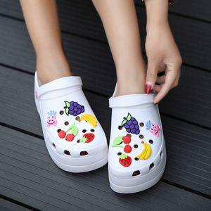Sommer-Frauen Croc Clogs Plattform Garten Sandalen Karikatur-Frucht Slippers Beleg auf für Mädchen-Strandschuhe Mode Slides Außen