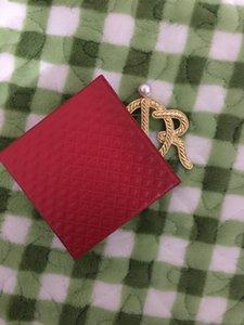 2021 Nuovo prodotto Avvio Atqusondic Lettera Atmosferica Pearl Twist Twist Pattern Spilla retrò Badge Badge Pin Vestito All-Match Vestito Spedizione gratuita