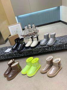 2020 Bottes de neige Femmes Mode Nouveaux Designers Flat Brown Fourrure Boot Girls Casual Hiver Half extérieur Half Bottes Lady Black Blanc Taille 40 38 # U24