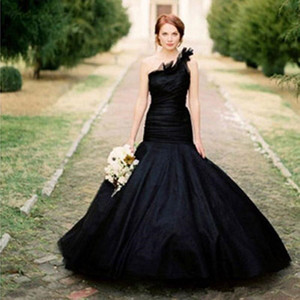Black Gothic Country Wedding Dresses 2021 Retro One Shoulder Ruffles Tiered Skirt Outdoor Garden Vintage Bride Gowns Robes