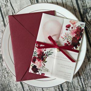 Neue Burgund-personalisierte Druck-transluzente Hochzeitseinladung mit Rhinestone-Band und Perlenumschlag DIY Vellum Wrap Quinceanera-Karten