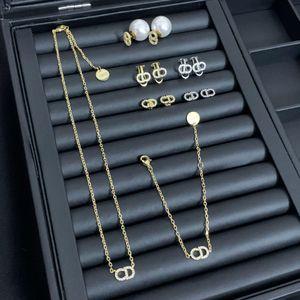 família D / família Di clássico CD carta cheia de diamantes brincos de pérola do sexo feminino pulseira colar Web celebridade com design nicho