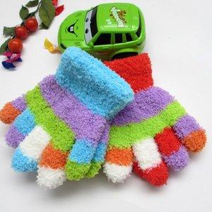 Hot BEHALTEN SIE WARM im Winter Coral Fleece Handschuhe Studenten und Kinder Fünffarbiges nettes gestricktes Material weich und bequem