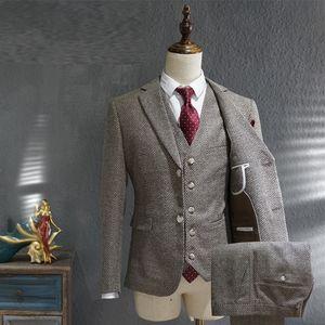 2020 Casual Grigio maschile Abito da lavoro formale Business-British-Style Groom Suits Nozze Tuxedo 3 Pezzi Novizio Rosa Vestito YKIT
