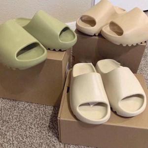 Yüksek Kalite Kanye West Sandalet Ayakkabı Üçlü Siyah Beyaz Slaytlar Kemik Reçine Batı Çöl Kum Earth Kahverengi Erkek Bayan Terlik Sneakers 1F6B #