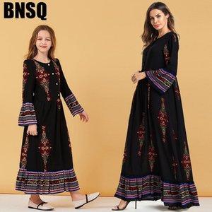 Madre figlia Abiti 2020 Summer Family Desider Shirts Black Mommy e Me Wedding Princess Dress Party per bambini Abbigliamento a righe LJ201111