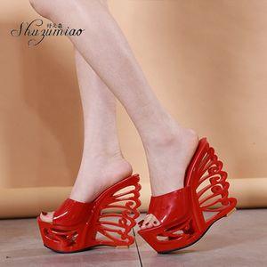 Zapatillas para mujer Shuzumiao 2020 Nuevo Hueco Hueco Tacones Altos 15 cm Sandalias Femeninas Cuña Casual Zapatos Zapatos Bombas Discotes Diajes Rojos