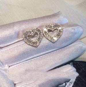 Çarpıcı Tatlı Sevimli Lüks Takı Gerçek 925 Ayar Gümüş Tam Prenses Kesim Beyaz Topaz CZ Elmas Parti Kadınlar Kalp Saplama EarR