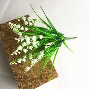 زهور اصطناعية من البلاستيك لاكي العشب زنبق الوادي العشب الاصطناعي الزهور التقليد القابضة