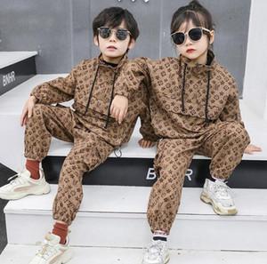 Новый мальчик Весна осенний костюм 2020 мальчики девушки мода комбинезон британский стиль из двух частей костюма куртка + брюки замороженные одежда детская одежда