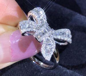 Forme los anillos de diseño de arco encantadoras para el anillo de lujo de cristal brillante de la boda con piedra de diamante CZ para las mujeres