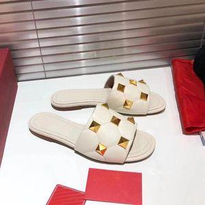 Женские моды плоские скольжения фланпы с негабаритыми золотыми заклепками украшенные стеганые овечьи кожаные тапочки женские женские сандалии обувь оптом