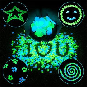 100 adet / grup Aydınlık Taşlar Glow Koyu Dekoratif Çakıl Taşları Yürüyüş Çimen Akvaryum Bahçe Floresan Parlak Dekoratif Taşlar VTKY2230