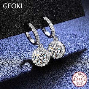 Geoki Passado Diamond Test 1CT Total 2 CT Redonda Corte Perfeito D Cor VVS1 Moissanite Drop Brincos 925 Steling Prata Brincos B1205